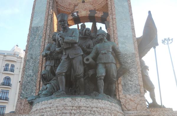 taksim-ataturk-heykeli-2