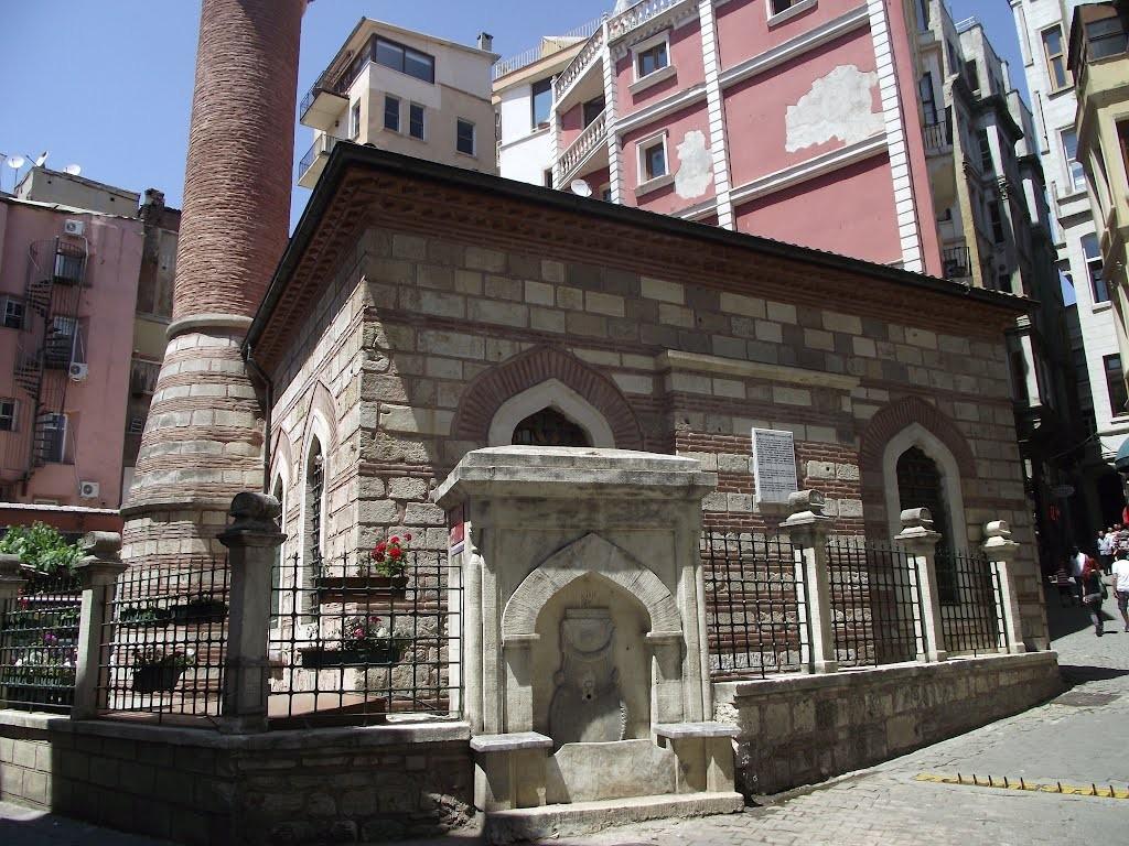 Caminin şimdiki hali taşınan  çeşmenin yerine yapılan başka bir çeşme